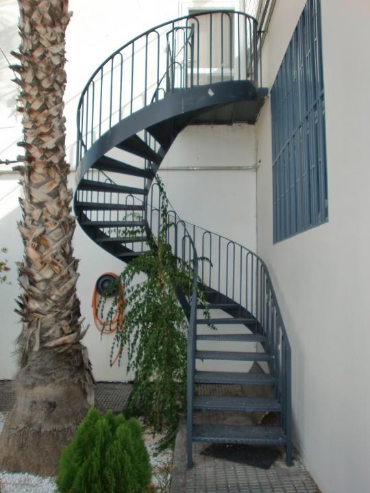 Punterinox escaleras met licas y otros trabajos for Construccion de escaleras de hierro