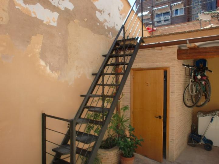 Escalera metalica exterior escalera de peldaos pulidos for Escalera exterior de hierro